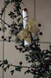 Regalo romántico a su novia de la novia Declaración del amor bajo la forma de poemas en un ramo de espino rasgado fotografía de archivo