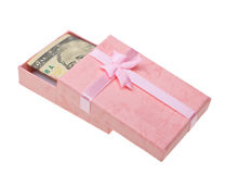 Regalo rosado con los billetes de banco del dinero Imágenes de archivo libres de regalías