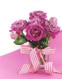 Regalo rosado hermoso de rosas en fondo rosado y blanco Foto de archivo