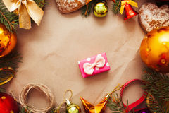 Regalo rosado minúsculo en marco de las decoraciones de la Navidad Foto de archivo