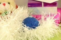 Regalo rosso di Natale con la palla blu, carta del nuovo anno Immagini Stock Libere da Diritti