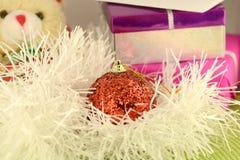 Regalo rosso di Natale con la palla rossa, carta del nuovo anno Immagini Stock Libere da Diritti