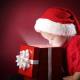 regalo-scatola aperta di natale del ragazzo Immagini Stock
