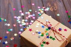 Regalo semplice di natale con le stelle rosse della decorazione e della cordicella Immagini Stock Libere da Diritti