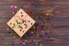 Regalo simple de la Navidad con las estrellas rojas de la guita y de la decoración Imagen de archivo libre de regalías