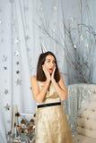 Regalo sorprendido muchacha por el Año Nuevo Fotografía de archivo
