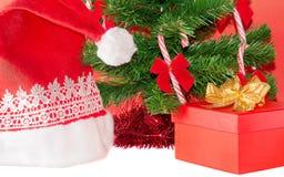 Regalo sotto l'albero di Natale Immagini Stock Libere da Diritti