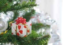 Regalo sull'albero di Natale fotografie stock libere da diritti