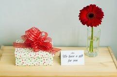 Regalo, tarjeta de felicitación y flor imagen de archivo