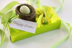 Regalo, tarjeta y huevo en la jerarquía para Pascua Imagen de archivo