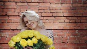 Regalo un ramo de flores para el día de las mujeres internacionales almacen de metraje de vídeo