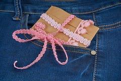 regalo in una tasca dei jeans Fotografia Stock