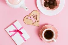 Regalo a Valentine& x27; día de s, con té y cupidos en un fondo rosado Visión superior, efecto de la película Fotografía de archivo libre de regalías