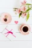 Regalo a Valentine& x27; día de s, con té y flores en un fondo blanco Visión superior, efecto de la película Fotografía de archivo libre de regalías