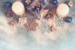 Regalo, velas y juguetes adornados de la Navidad para la Navidad Fotos de archivo libres de regalías