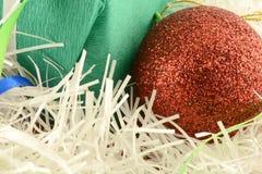 Regalo verde de la Navidad con las bolas rojas Foto de archivo libre de regalías