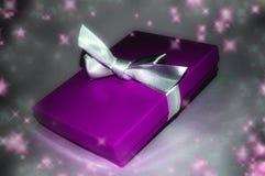 Regalo violeta fotos de archivo libres de regalías
