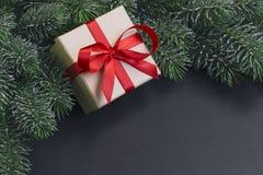 Regalo y árbol de navidad Fotos de archivo libres de regalías
