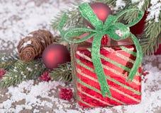 Regalo y acebo Imagen de archivo libre de regalías