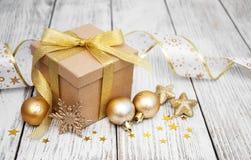 Regalo y bolas de la Navidad Imagen de archivo libre de regalías