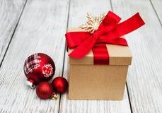 Regalo y bolas de la Navidad Imágenes de archivo libres de regalías