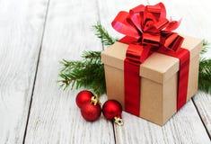 Regalo y bolas de la Navidad Imagenes de archivo