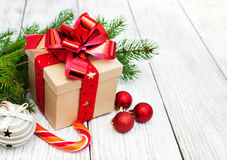 Regalo y bolas de la Navidad Foto de archivo libre de regalías