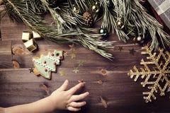 Regalo y bolas de la Navidad en una tabla de madera Juguete del Año Nuevo cristo Imagen de archivo