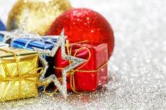 Regalo y bolas del Año Nuevo Fotografía de archivo
