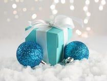 Regalo y chucherías de la Navidad nestled en nieve fotos de archivo