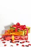 Regalo y corazones aislados en el fondo, día de tarjetas del día de San Valentín Fotografía de archivo