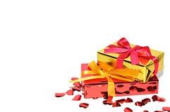 Regalo y corazones aislados en el fondo, día de tarjetas del día de San Valentín Imagen de archivo libre de regalías