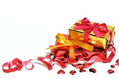 Regalo y corazones aislados en el fondo, día de tarjetas del día de San Valentín Fotos de archivo