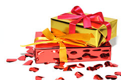 Regalo y corazones aislados en el fondo, día de tarjetas del día de San Valentín Imagen de archivo