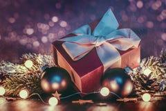 Regalo y decoraciones de la Navidad imagenes de archivo