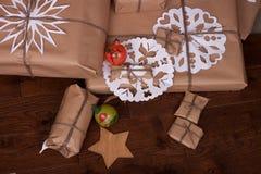 Regalo y decoraciones de la Navidad en fondo de madera Imagenes de archivo