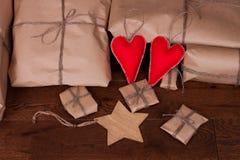 Regalo y decoraciones de la Navidad en fondo de madera Imagen de archivo