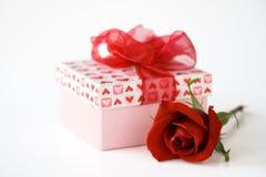 Regalo y flor del día de tarjetas del día de San Valentín Foto de archivo libre de regalías