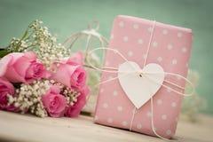 Regalo y flores Imágenes de archivo libres de regalías