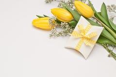 Regalo y flores Fotografía de archivo libre de regalías