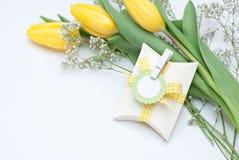 Regalo y flores Fotos de archivo