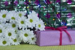 Regalo y flores para una mujer imagen de archivo libre de regalías