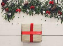 Regalo y ornamentos del regalo de Navidad en el fondo de madera blanco Foto de archivo