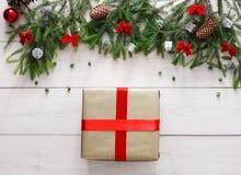 Regalo y ornamentos del regalo de Navidad en el fondo de madera blanco Imagen de archivo libre de regalías