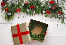 Regalo y ornamentos del regalo de Navidad en el fondo de madera blanco Imágenes de archivo libres de regalías