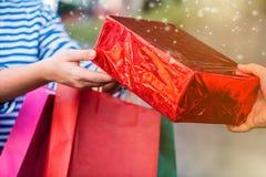 Regalo y presente de las compras el San Esteban para la Navidad y nuevo YE Imagen de archivo libre de regalías