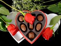 Regalo y rosas de la tarjeta del día de San Valentín Imagen de archivo