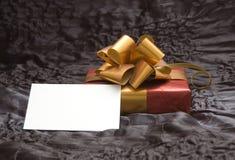 Regalo y tarjeta blanca Imagen de archivo