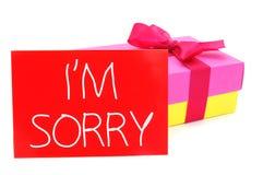 Regalo y tarjeta con el texto lo siento Imagen de archivo libre de regalías