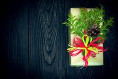 Regalo y tarjeta de la Navidad para los saludos Fotos de archivo